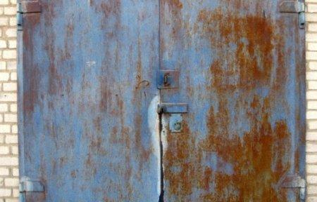 Покраска металлической двери гаража