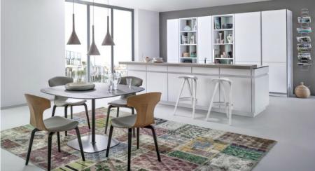 Стол в интерьере кухни