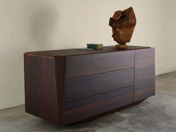 Низкий шкаф Prismi в отделке из шпона дуба по дизайну Tapinassi and Manzoni, La Falegnami.