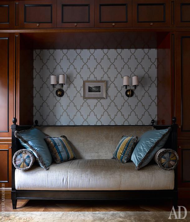 Фрагмент кабинета. Обои фабрики Thibaut; диван, Salda.