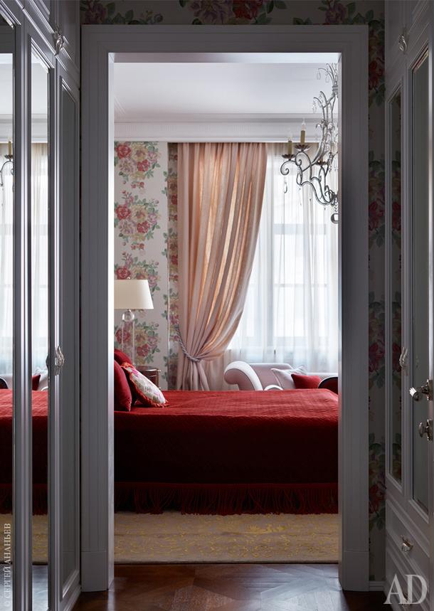 Вид на спальню дочери из проходной гардеробной. Обои в спальне, Sanderson; шторы, Nobilis; тюль, Zimmer + Rohde.