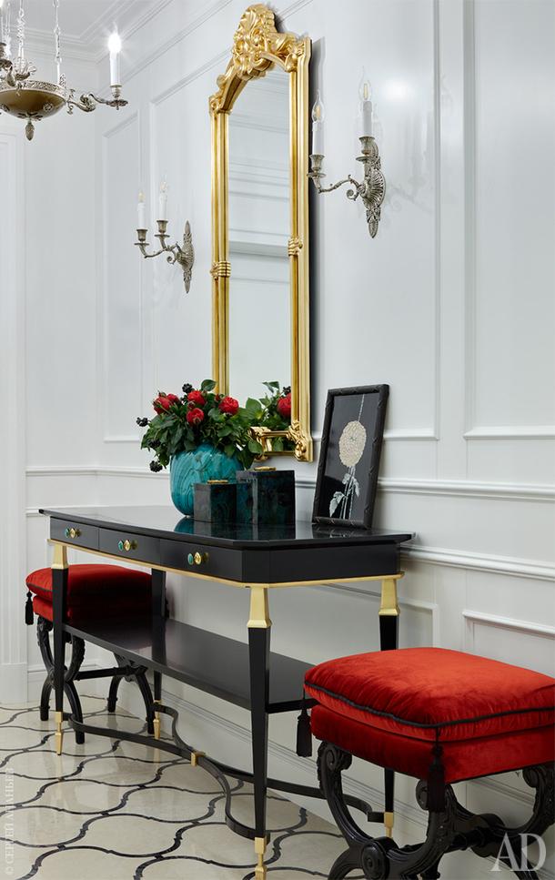 Фрагмент прихожей. Люстра Regency, Джо Най, Visual Comfort Gallery.